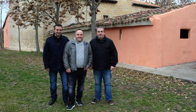 En la imagen, desde la izquierda, los mayordomos Miguel Ángel Cabezón Canas, Chuchi García Fernández de Barrena y Michel Duro Jiménez delante de la ermita de Cuevas de Viana.