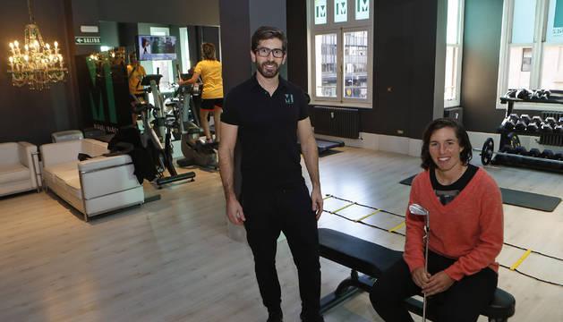 Carlota Ciganda, con su preparador físico, Miguel Ibáñez, en el estudio que tiene en la calle Carlos III.