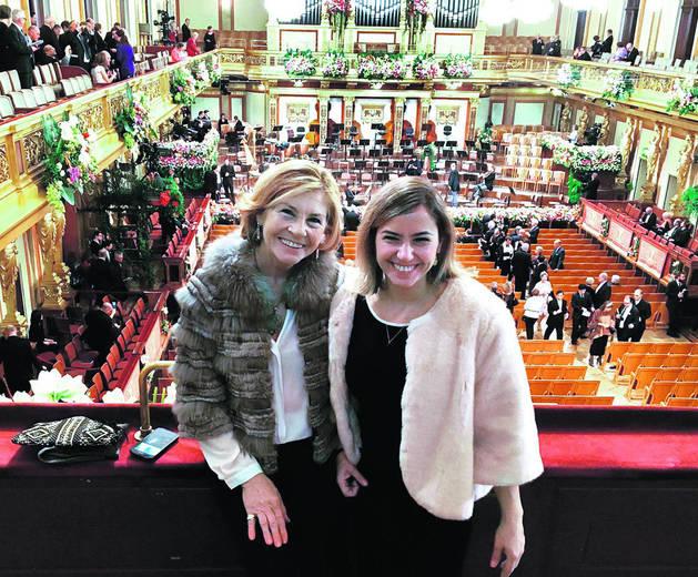 Imagen de la periodista Paula Pons y su madre, Amparo Martínez, en los prolegómenos del concierto.