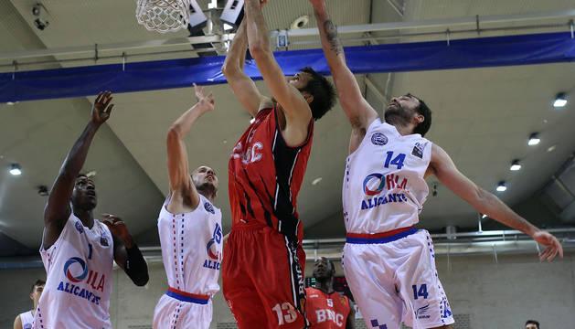 Adrián García entra a canasta, ante el Alicante.