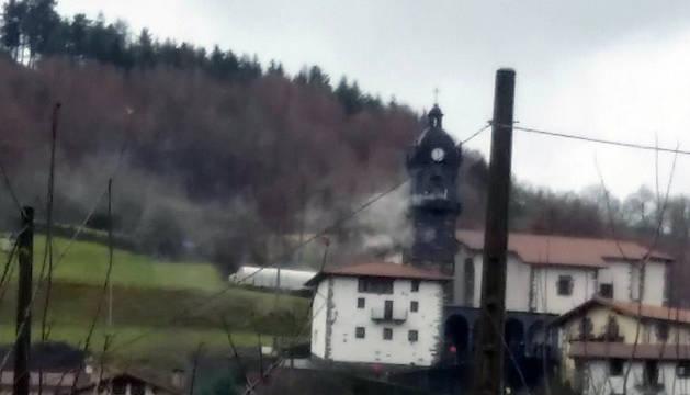 El humo sale de la iglesia de Areso durante el incendio que se ha registrado este viernes.