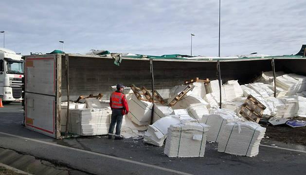 El camión accidentado ha perdido parte de la carga.