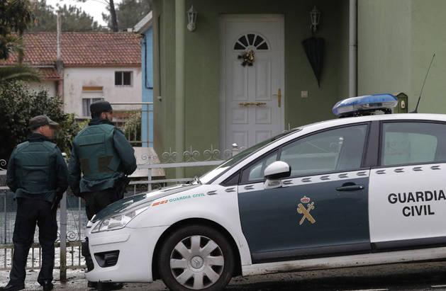 En la imagen, agentes de la Guardia Civil registran en Rianxo (A Coruña) la vivienda del detenido.