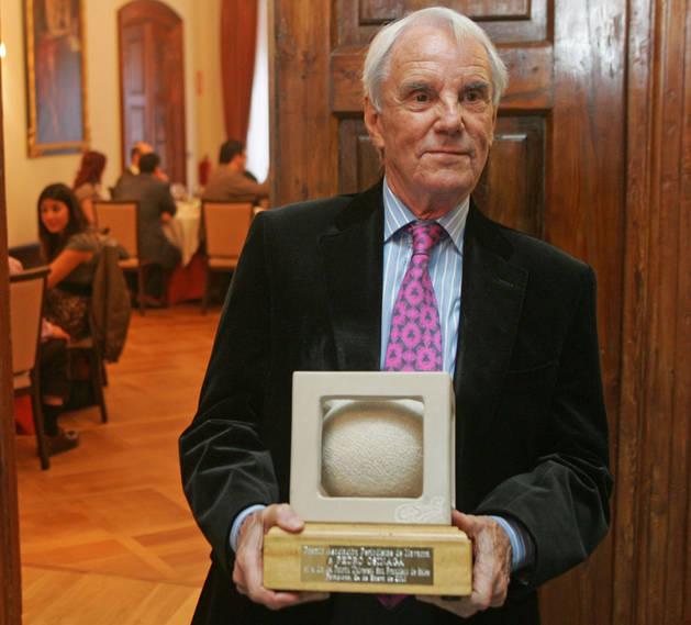Imagen de Pedro Osinaga, en 2010 tras recibir el premio de la Asociación de Prensa de Navarra.