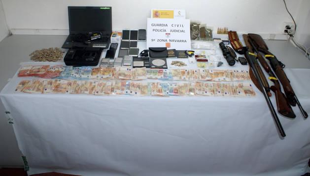 Droga, material y dinero incautado por la Guardia Civil.