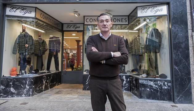 Francisco Mauleón Urra, delante de su tienda de confección El Ega.