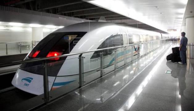 Un tren Maglev de levitación magnética (el más rápido del mundo en uso comercial) en una estación de Shanghai, China.