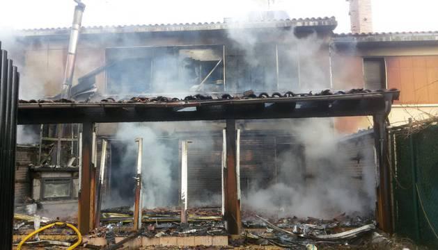 El incendio se originó en el exterior de este chalé de Tafalla