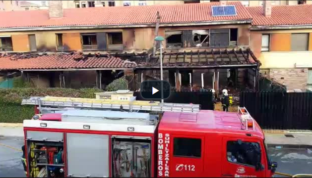 Sofocado el incendio que ha afectado a varios chalés en Tafalla