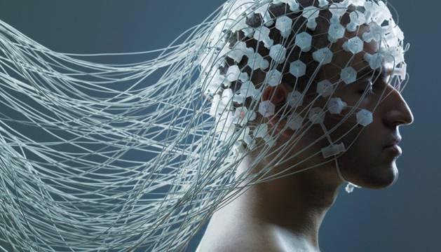 Sensores biométricos en la cabeza de un hombre
