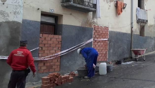 Personal del ayuntamiento de Funes tapia las entradas del edificio afectado