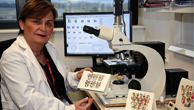 """María José Calasanz, catedrática de genética, en el laboratorio de CIMA Lab con algunos de sus dibujos de """"cromics""""."""