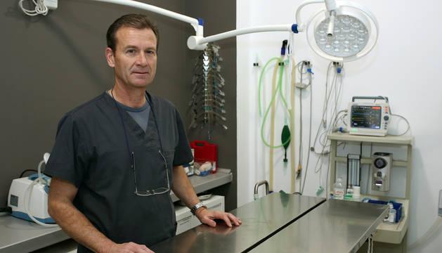 El veterinario Javier Yábar Jimeno en la sala de cirugía de su clínica.