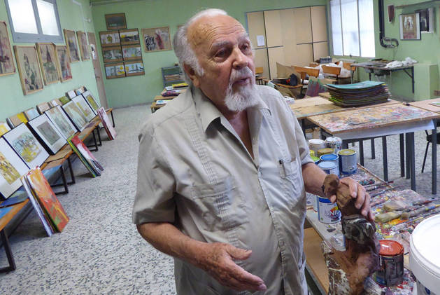 Fotografía de Antonio Oteiza en el taller en el que crea sus obras de arte.