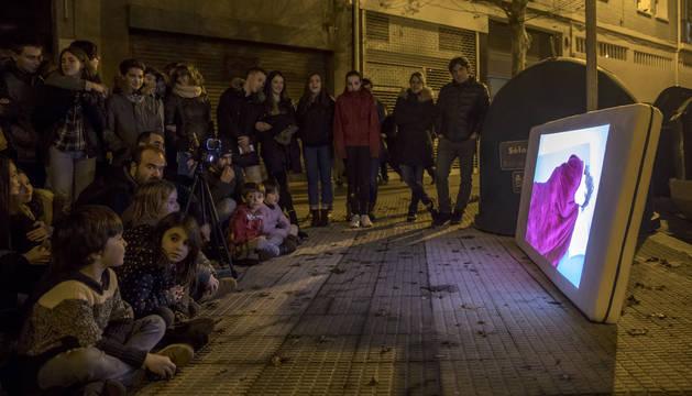 Un grupo de espectadores contempla la proyección del cortometraje Sueños sobre un colchón.