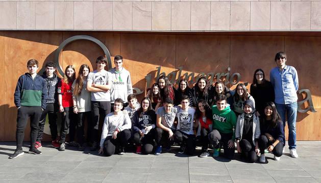 Imagen de los integrantes del grupo del Instituto Valle del Ebro finalista del Certamen Jóvenes Investigadores. A la derecha, su profesor Pablo Ijalba, coordinador del trabajo.