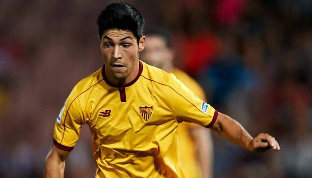 Borja Lasso, durante un partido con la camiseta del Sevilla. Este año ha disputado dos partidos de Copa y uno de Liga con el primer equipo del club hispalense.