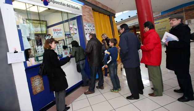 Personas hacen cola en Tudela para comprar lotería de 'El niño'