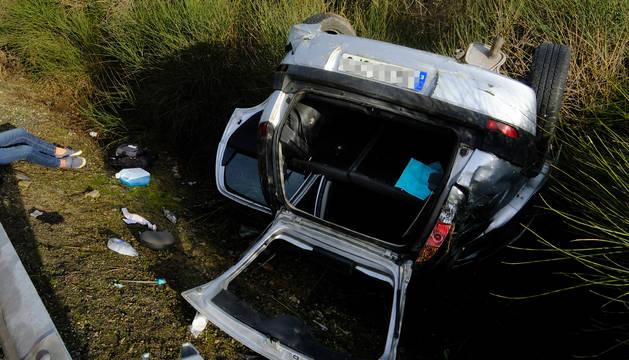 El coche, tras el accidente registrado antes del peaje de Zuasti