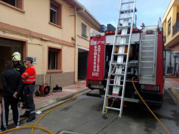 Imagen de los Bomberos de Navarra en el incendio de una vivienda en Azagra.
