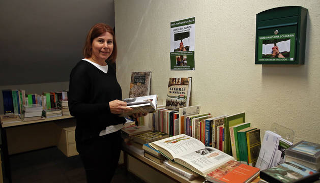 Ana Isabel Iturralde, alumna de último curso del grado de Educación Social en la UNED, en el rincón de 'Libros Solidarios'.