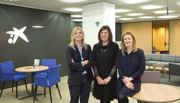 Desde la izda., Alicia Sanz, Raquel Usoz y Leire Armendáriz en la nueva oficina de Tafalla.
