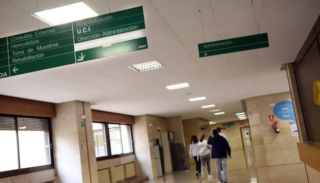 Varias personas caminan por uno de los pasillos del hospital Reina Sofía de Tudela.