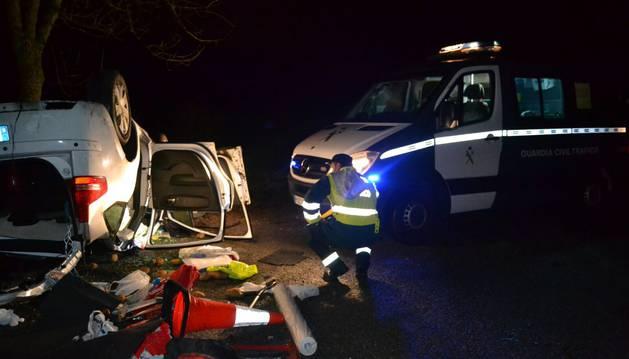 Una conductora, trasladada inconsciente al CHN tras una salida de vía y vuelco del coche