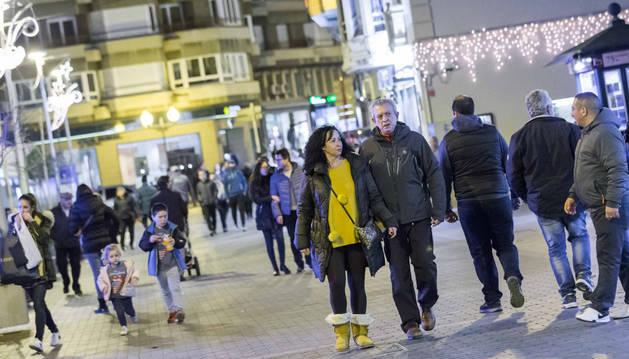 Numerosas personas caminaban el martes por la calle Gaztambide - Carrera de Tudela.