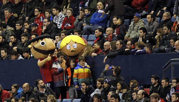 Las mascotas de Osasuna, durante uno de los partidos de la temporada en El Sadar.