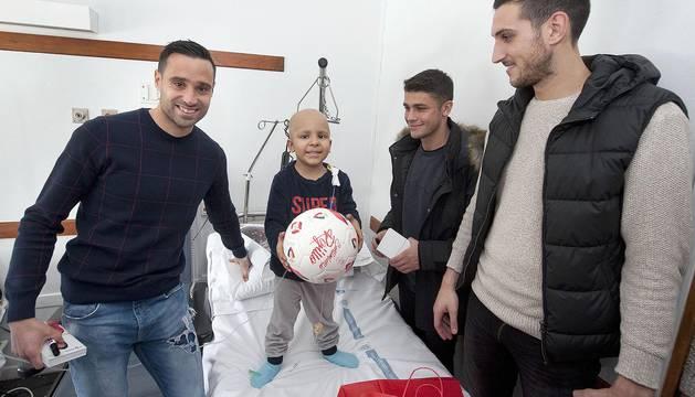 Imágenes de la visita de los jugadores de Osasuna a los niños ingresados en el CHN.
