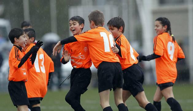 Jugadores del Eulza celebran una victoria en el Interescolar.