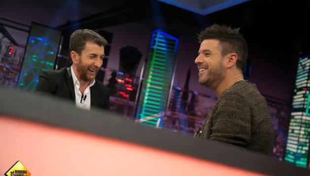 Pablo López junto a Pablo Motos en un instante del programa El Hormiguero.