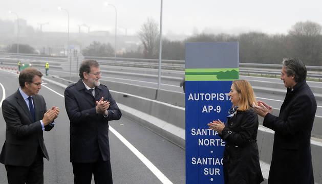 El presidente del Gobierno, Mariano Rajoy (2i), acompañado por el presidente de la Xunta, Alberto Núñez Feijóo (i), la presidenta del Congreso, Ana Pastor (2d), y el ministro de Fomento Íñigo de la Serna (d), durante la puesta en servicio de la ampliación de capacidad de la AP-9.
