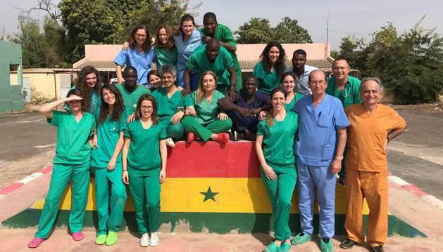 El grupo de sanitarios españoles, con personal senegalés que les sirve de apoyo.