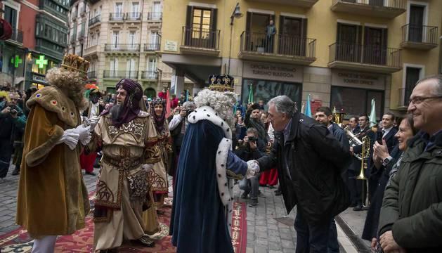 Melchor, Gaspar y Baltasar pasearon por las calles de la capital navarra con su comitiva real.