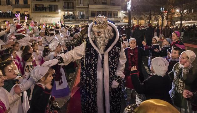 Melchor posa su mano sobre la cabeza de una de las niñas que bailaron en la entrada de los Reyes Magos en la plaza de los Fueros de Estella.