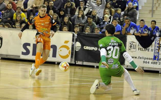 Imagen de Sergio González, jugador del Aspil, frente a frente con Molina, portero de Peñíscola, en el partido de este sábado.
