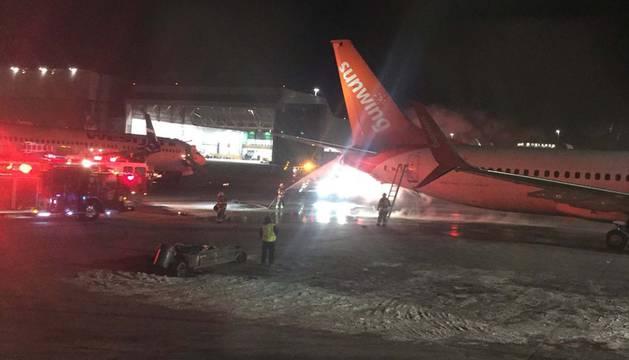 El momento de la colisión en la pista de aterrizaje
