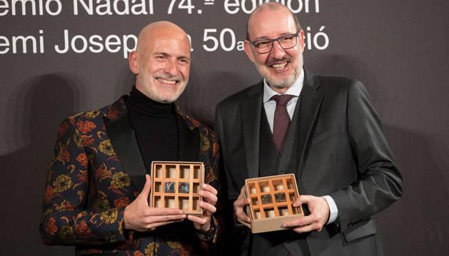 Imagen de Alejandro Palomas (izquierda) con su premio Nadal y el periodista Antoni Bassas (derecha) con el Josep Pla.