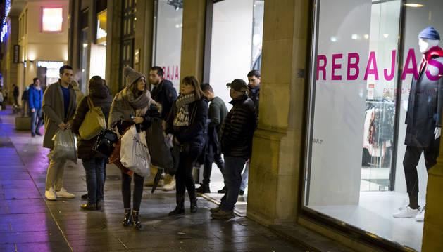 Por la tarde la gente siguió comprando en Zara, situado en avenida Carlos III de Pamplona.