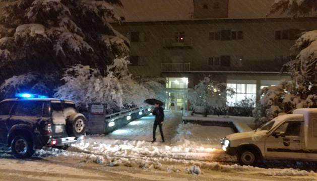 foto de El alcalde de Alsasua, Javier Ollo, se ha acercado al albergue para supervisar los preparativos.