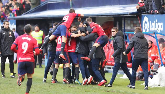 Los jugadores de Osasuna celebran el tercer gol del equipo rojillo.