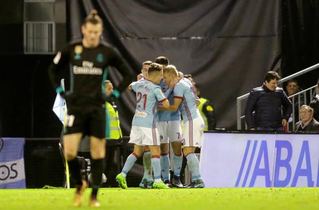 Imagen de jugadores del Celta celebrando el gol de Maxi Gómez que conseguía el empate, con Gareth Bale apesadumbrado en primer plano.