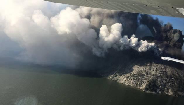 La columna de humo que sale de la isla volcánica, capturada desde una avioneta