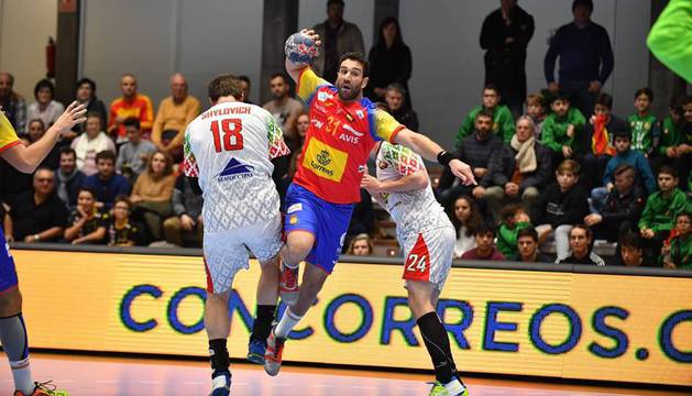 Iosu Goñi, superando a dos defensores de Bielorrusia en el Torneo Internacional de España.