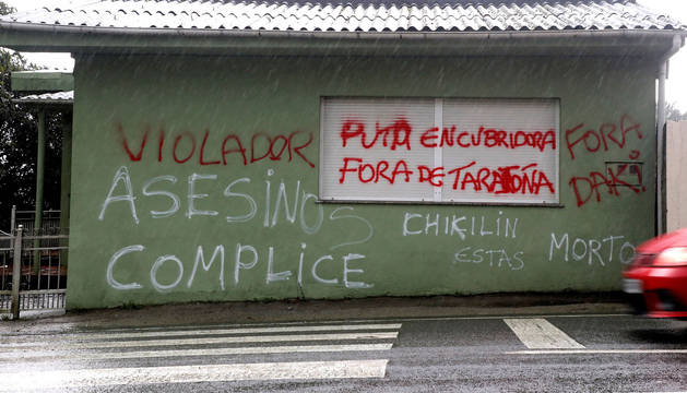 Nuevas pintadas amenazantes que han aparecido en la localidad coruñesa de Taragoña del municpio de Rianxo en la fachada en donde vivía, José Enrique Abuín 'El Chicle'