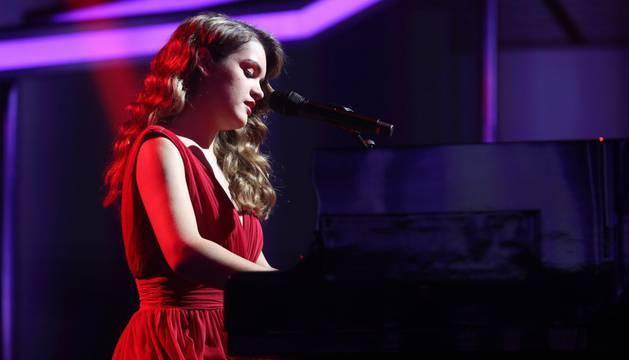 Imagen de la cantante pamplonesa, Amaia Romero, al piano en una actuación de la gala 10 de Operación Triunfo.