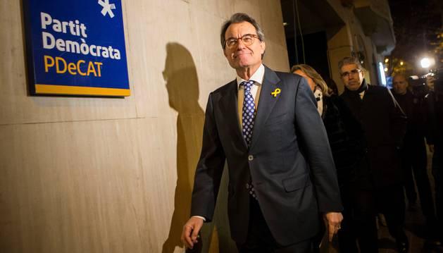 Foto del expresidente de la Generalitat y presidente del PDeCAT, Artur Mas, a su llegada a la sede del partido donde ha convocado una rueda de prensa.