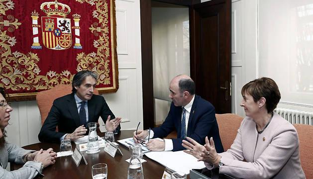 El ministro de Fomento, Íñigo de la Serna (c), junto al vicepresidente del Gobierno foral, Manu Ayerdi (2d), y la consejera vasca de Desarrollo Económico, Arantxa Tapia (d).